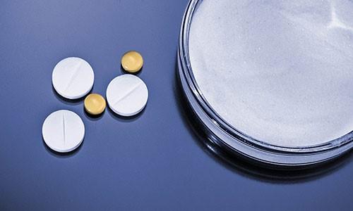 Kontroll av essensielle egenskaper ved fremstilling av doseringsmedisiner i fast form